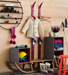 Fabriquer un meuble d\'entrée avec une luge et des skis anciens