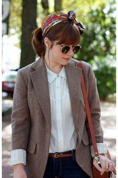 Le petit détail en plus dans cette tenue au look vintage : la fine ceinture en cuir tressé brun qui va très bien avec le sac à main :)