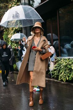 Paris Fashion Week: Chic street style looks from the spring/summer 2020 runway season Fashion Week Paris, Winter Fashion, Fashion 2020, Look Fashion, Fashion Weeks, Fashion Outfits, Fashion Coat, Fashion Tips, Spring Fashion Trends