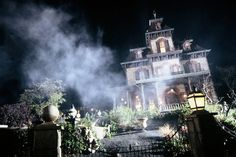 Disney Attractions You Can Ride Only Outside the US - Phantom Manor - Disneyland Paris, Tokyo, and Hong Kong Halloween Disneyland Paris, Haunted Mansion Halloween, Disney Rides, Disney Parks, Walt Disney, Disney Attractions, Disneyland California Adventure, Disney World Magic Kingdom, Disney Pictures