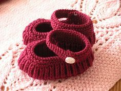 So cute knitting - Mary Jane Baby Booties. Free pattern generously shared by Annie Cholewa.