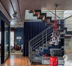 chão madeira, escada vazada, e parede escura