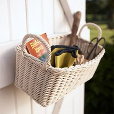 Storage Secrets for Your Garden Shed Make it Easy When You're on the Run A simple wicker basket suspended from a shed door is a receptacle for frequently used small garden gear, such as shears, trowels, garden gloves, and a favorite reference book. Garden Tool Organization, Garden Tool Storage, Shed Storage, Diy Storage, Garden Tools, Storage Ideas, Garden Gear, Organizing Ideas, Pool Storage