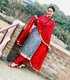Patiala Suit Designs, Salwar Neck Designs, Kurti Designs Party Wear, Dress Indian Style, Indian Outfits, Punjabi Suits, Salwar Suits, Punjabi Girls, Patiala Salwar