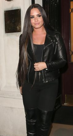 Pinterest: DEBORAHPRAHA ♥️ Demi lovato smokey eye makeup, all black outfit and kim kardashian straight hair style