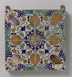Anonymous | Veld van vier tegels met patroon van druiventrossen, granaatappels, tulpen en sterren, Anonymous, c. 1600 - c. 1625 | Veld van vier tegels (2 x 2) met een veelkleurig (blauw, groen, geel, oranje en paars) patroon gevormd door vier tegels met granaatappels, druiventrossen en tulpen rond een ster.