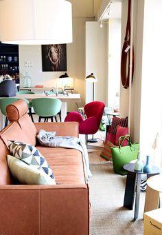 Nieuwe etalage met fantastisch vloerkleed van Hella Jongerius in combinatie met onze eigen stoere leren 'Loft' bank.