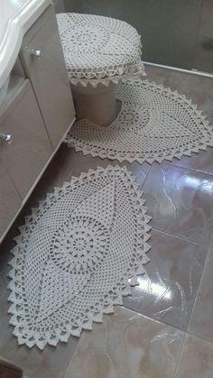 Tapetes de crochê feito em barbante na cor cru, esse jogo para banheiro contém 3 peças, sendo elas: Tapete para pia medindo aproximadamente 83 cm x 55 cm de largura, um para o vaso medindo 70 cm x 53 cm de largura, capa da tampa do vaso medindo 50 cm x 65 cm. (a parte interna da tampa do vaso é ...