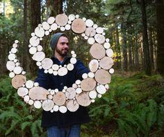 Je vous présente le travail de Wild Slice Designs, un artiste passionné par la nature et aux sources d'inspiration infinies.  Ses sculptures faites à partir de bois de récupération sont directement inspirées des formes naturelles. Il utilise les tranches du bois comme des touches de couleurs et de matières qui constituent au final une structure homogène et unique. Ce sont les matériaux qui lui dictent ses créations, qu'il fait évoluer au fur et à mesure de ses trouvailles dans la forêt…
