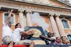 Les joueurs du Stade Toulousain  Vincent Clerc (G) Clement Poitrenaud (C) et Yannick Nyanga présentent à la foule le bouclier de Brennus, devant le Capitole - Remy Gabalda AFP