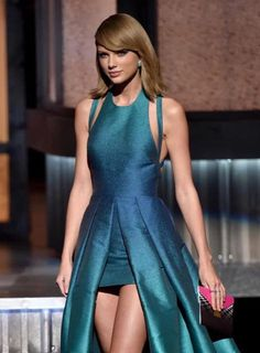 This dress on taylor swift! - This dress on taylor swift! Long Live Taylor Swift, Taylor Swift Hot, All About Taylor Swift, Taylor Swift Style, Red Taylor, Taylor Swift Pictures, Taylor Swift Vestidos, Mullet Dress, Celebrity Outfits