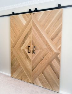 barn door You are in the right place about simple sliding doors Here we offer you the most beautiful pictures about the sliding doors videos you are looking for. When you examine the barn door part of Wood Barn Door, Diy Barn Door, Pallet Door, Farm Door, Pallet Barn, Porte Diy, Indoor Barn Doors, Indoor Sliding Doors, Door Dividers