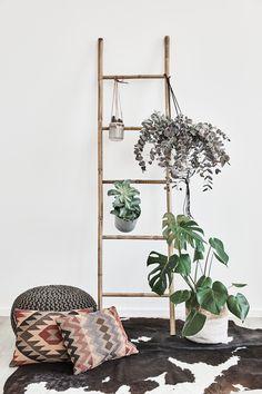 Boho Dream! Eine Holzleiter mit Pflanzen und Blumentöpfen dekorieren, Poufs und Kissen davor und schon habt ihr eine gemütliche Kuschelecke. // Dekoleiter Leiterregal Leiter Dekorieren Home DecoR