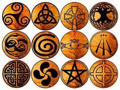 Trisquel, Cruz Celta, Triqueta, Árbol de la vida, Nudo Perenne, Símbolo de Claddagh, Espiral Celta, Cruz Solar, Pentagrama Celta, Awen, wuivre y Lauburu.