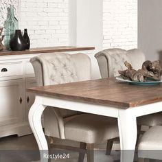 Ein Romantisch Geschwungener Landhaus Esstisch Kombiniert Mit Hochwertigen,  Schweren Stühlen Und Ein Stilvolles Sideboard