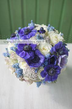 Свадебный букет из кремовых и сиреневых роз с фиолетовыми анемонами и голубыми мускари