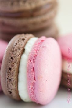 Chocolate Strawberry and Neapolitan Macarons recipe from - Neapolitan macarons. You get all 3 wonderful flavors of chocolate, vanilla and strawberry at the same time. Cookie Recipes, Dessert Recipes, Frosting Recipes, Macaron Cookies, Macaron Stand, Macaroon Filling, Shortbread Cookies, Macaron Flavors, Pastry Chef