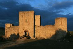 Château de Puivert - Surplombant le village de Puivert, il est certainement l'un des châteaux cathares les mieux conservés. Il est aussi l'un des plus intéressants monuments du XIVe siècle. Son donjon, haut de 35 m, accueille 4 splendides salles qui se superposent et 6 tours de défense. De son sommet il offre une vue sur la plaine du Quercorb au nord, à l'ouest Montségur dans les cimes des Pyrénées et à l'est, le pic de Bugarach.