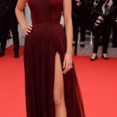 Blake Lively is in dress with thigh high split at Cannes Film Festival ! Legs go! Blake Lively wowed at the opening night of Cannes Film Festival on Wednesday evening Blake Lively Dress, Mode Blake Lively, Blake Lively Style, Gala Dresses, Red Carpet Dresses, Celebrity Dresses, Celebrity Style, Costume, Burgundy Dress