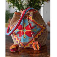 Simplemente lista para salir un toque de etnia y color Wayuu.#wayuu #wayuubags #sustainablefashion #arte #tejido #crochet #artsandcraftsstyle #artsandcrafts #crossbag #seasandbagพร้อมส่ง #wayuubags #wayuumochilas #wayuubagพร้อมส่ง #wayuulovers💘 #wayuulifestyle #wayuuart #handmade #mochilas_apushi