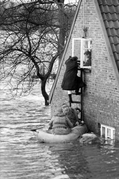 bilder sturmflut in hamburg   Foto: pa/dpa Einwohner aus Wilhelmsburg werden mit Schlauchbooten aus ...
