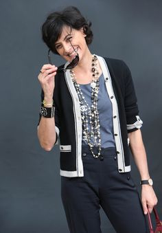 Take a cue from French Chic Fashion sensation Ines De La Fressange, learn how to layer necklaces like a pro with Parisian style inspiration. Mature Fashion, Fashion Over 40, Work Fashion, Paris Fashion, Fashion Jewelry, French Chic Fashion, French Women Style, Moda Paris, Moda Chic