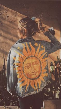 Painted denim jacket Le Soleil The Sun artist Coni Curi 2019 Painted denim .Painted denim jacket Le Soleil The Sun artist Coni Curi 2019 Painted denim jacket Le Soleil The Sun artist Coni Curi The post Painted denim jacket Le So Painted Denim Jacket, Painted Jeans, Painted Clothes, Denim Paint, Diy Clothing, Custom Clothes, Denim Kunst, Mode Hippie, Estilo Hippie