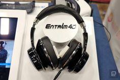 Gear VRで視覚と聴覚のバーチャルリアリティを商品化したサムスンが、今度は「平衡感覚」を操るヘッドセット Entrim 4D を公開しました。耳の後ろに着けた電極に微弱な電流を流し、三半規管や前庭部を刺激することにより、人工的に加速度の感覚(体が傾いた感覚)を与え、仮想現実で動きまで体感させること