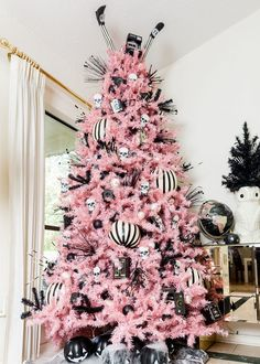 🍬 Chew on this 🍬: bubble gum pink hues + vintage Hallowen goodies + our Pretty in Pink artificial Christmas tree make for oh-so-sweet start Halloween decorations.🎃 Treat yourself to a pink-tastic Halloween celebration with our pink artificial tree. Halloween Christmas Tree, Black Christmas Trees, Pink Halloween, Halloween Party Decor, Holiday Tree, Holiday Decor, Halloween Celebration, White Artificial Christmas Tree, Xmas