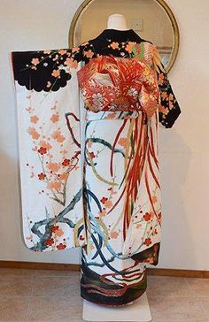Happy lunar year of the Rooster ! This rooster furisode (seen on) is probably one of my favourite furisode design thank to its black shoulders + ume motif + long swinging feathers on its back ()