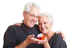 O local a ser habitado pelos idosos deve ser livre de obstáculos e sem objetos espalhados  pela área que eles circulam.