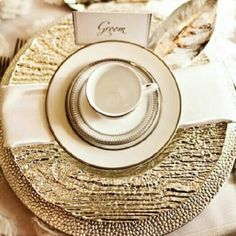 Elegant white and gold glam. Perfect for the dining table for the special dinners! Deco Table, A Table, Gold Table, Dinner Table, Gold Wedding, Dream Wedding, Dinner Sets, Dinner Parties, Fru Fru