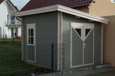 Schönes Blockbohlenhaus mit Ecküberständen, Doppeltür und Einzeltür.