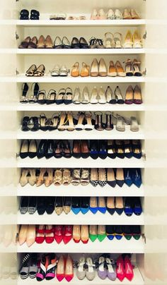 Organize your shoe closet + 4 more things to try this weekend. Tip: store shoes one behind the other so you see all shoes at once.