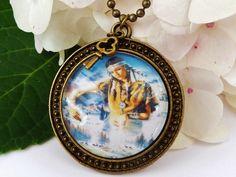 Halskette im Vintage-Stil mit schönem Fantasy-Motiv.  Die Kette besteht aus einer antikgoldfarbenen Metallfassung und einem handgearbeiteten Glas-Cabo