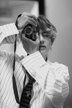 behind the scenes of bts love yourself her photoshoot taehyung v Bts Taehyung, Bts Bangtan Boy, Taehyung Smile, Jhope Bts, Daegu, K Pop, Foto Bts, Taekook, Les Aliens