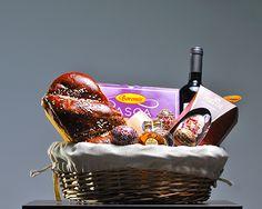 Cos cadou BG06 Cos nuiele cu husa Cozonac cu chips de ciocolata, Boromir, 420g Pasca cu branza dulce si stafide, Boromir, 600g Vin Sarica Niculitel, Cabernet Sauvignon, 750ml Ou din ciocolata diverse sortimente, Heidi, 130g Palinca de prune de Maramures, Valco, 2 x 50 ml Lumanare parfumata Oua incondeiate Decor Paste Pret: 145 lei + TVA www.corporatebaskets.ro