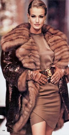 model: karen mulder - gianfranco ferre for christian dior haute couture Great but FAKE fur ! Fashion Moda, Fur Fashion, Fashion Week, Look Fashion, High Fashion, Winter Fashion, Fashion Design, Niki Taylor, Christy Turlington