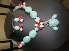 Collar y aretes de color turquesa, perlas cultivadas blanco y cristales rojos. $10