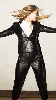 American actress Melissa Benoist wearing a black leather pant-suit: Tight Leather Pants, Leather Leggings, Dc Tv Shows, Supergirl And Flash, Melissa Benoist, Vegan Leather, Beautiful Women, Suits, Lady