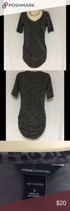 """MODA INTERNATIONAL SHORT SLEEVE TOP SIZE SMALL GRAY AND BLACK MODA INTERNATIONAL  SHORT SLEEVE TOP ,SIZE SMALL. THE SIDE IS GATHERED . MEASUREMENTS ARE AS FOLLOWED PIT TO PIT 16"""" TOP TO BOTTOM 30"""". SORRY NO TRADES. Moda International Tops Tees - Short Sleeve"""