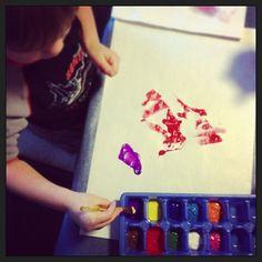 Pas de pad d'artistes pour éviter les gâchis dans les pots de peinture? Utiliser des bacs à glaçons!