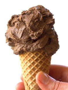 ビーガン·アイスクリーム·コーン·ディテール  No ice cream maker required! All you need is five ingredients and a blender for this decadent raw chocolate vegan ice cream. INGREDIENTS 1-14 oz. can coconut cream or coconut milk, refrigerated overnight (the longer, the better) 1 ripe avocado, pitted and peeled 1 ripe banana ½ cup cacao powder (could sub cocoa powder, but it won't be raw) ¼ cup agave pinch salt INSTRUCTI  1〜14オンス ココナッツクリームやココナッツミルクは、一晩冷蔵することができます(長く、より良い) 1熟したアボカド、ピットおよび剥離 1熟したバナナ…