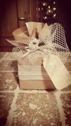 Pacchetti regalo romantici con materiali di riciclo e semplice carta da pacchi