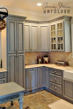 How To Paint Kitchen Cabinets With Chalk Paint Annie Painting Kitchen Cabinets With Annie Sloan - Is your house feeling a tiny dated? Painting Kitchen Cabinets, Kitchen Paint, Kitchen Redo, Annie Sloan Kitchen Cabinets, Grey Cabinets, Kitchen Ideas, Corner Cabinets, Farmhouse Cabinets, Kitchen Makeovers