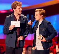 Sam Claflin & Josh Hutcherson accept the award for Movie of the Year for The Hunger Games: Catching Fire at the 2014 MTV Movie Awards! So nice to hear Josh honor Philip Seymour Hoffman in his part of the acceptance speech.