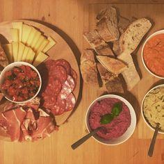 Geopend sinds 29 januari 2016 aan Sluizeken 12. Small & Tall staat voor twee ondernemende vrouwen - Anke Moereels en Charlotte Gobyn - die jullie heel wat willen aanbieden. -Zo is er een lunch-...