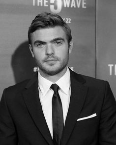 Alex Roe, looking sharp as ever at The 5th Wave fan screening in LA. | #5thWaveMovie is on the big screen now...
