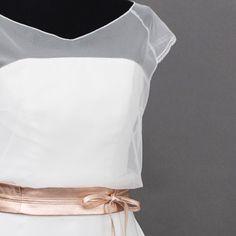 Schlichtes Brautkleid mit Braut Tops aus feinem Tüll, mit Gürtel in Roségold, von noni.