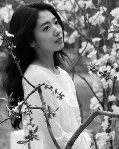 Korean Fashion On The Streets Of Paris Park Shin Hye, Gwangju, Korean Actresses, Korean Actors, Park Bo Young, Kdrama Actors, Asian Celebrities, Korean Star, Korean Street Fashion